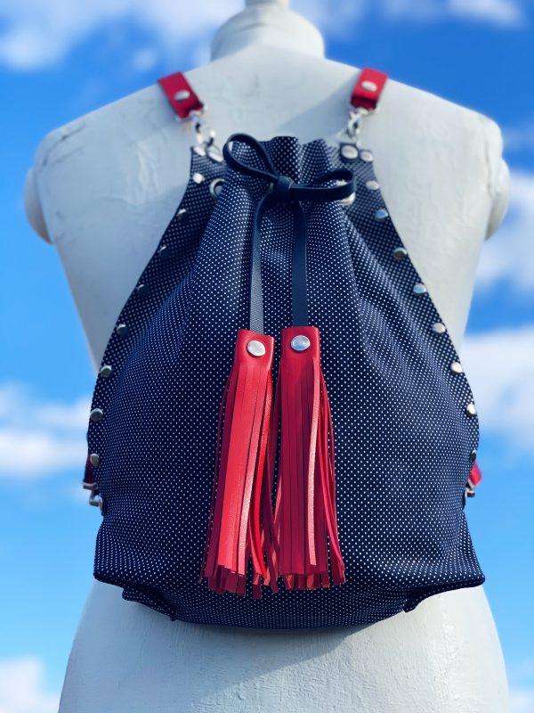 egyedi táska, kézzel készült táska, valódi bőt táska, hátizsák, válltáska, átalakítható táska, pöttyös, navy kék, Debrecen